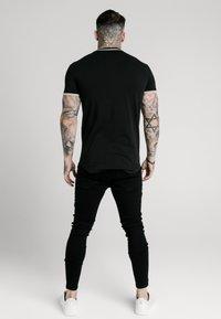 SIKSILK - GYM TEE - T-shirt med print - black/gold - 2