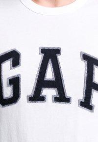 GAP - ARCH TEE - Camiseta estampada - new off white - 3