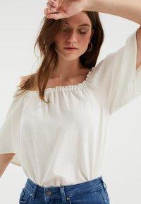 WE Fashion - DAMES TOP MET GESMOKTE HALSLIJN - Blouse - white - 3