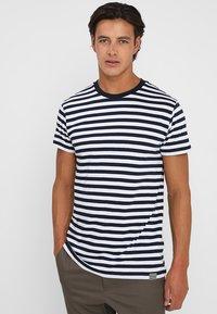 Mads Nørgaard - MIDI THOR - T-shirts print - navy/white - 0