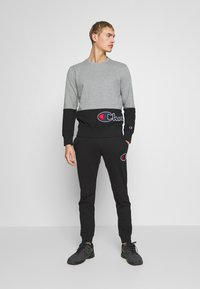 Champion - ROCHESTER CREWNECK BLOCK - Collegepaita - grey melange/black - 1