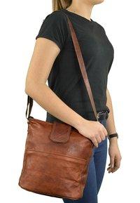 Gusti Leder - Across body bag - braun - 0