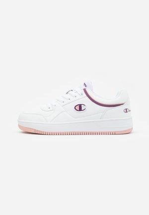 LOW CUT SHOE REBOUND - Basketbalové boty - white/violet/pink