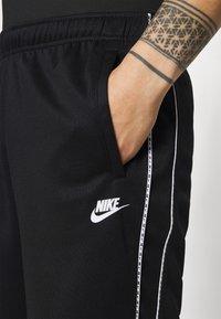 Nike Sportswear - REPEAT - Shorts - black/white - 3
