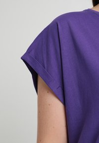 Urban Classics Curvy - LADIES EXTENDED SHOULDER TEE - Basic T-shirt - ultraviolet - 5