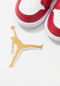 Jordan - 1 MID ALT - Basketball shoes - white/gym red/black - 6