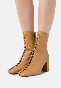ÁNGEL ALARCÓN - Lace-up ankle boots - camel - 0