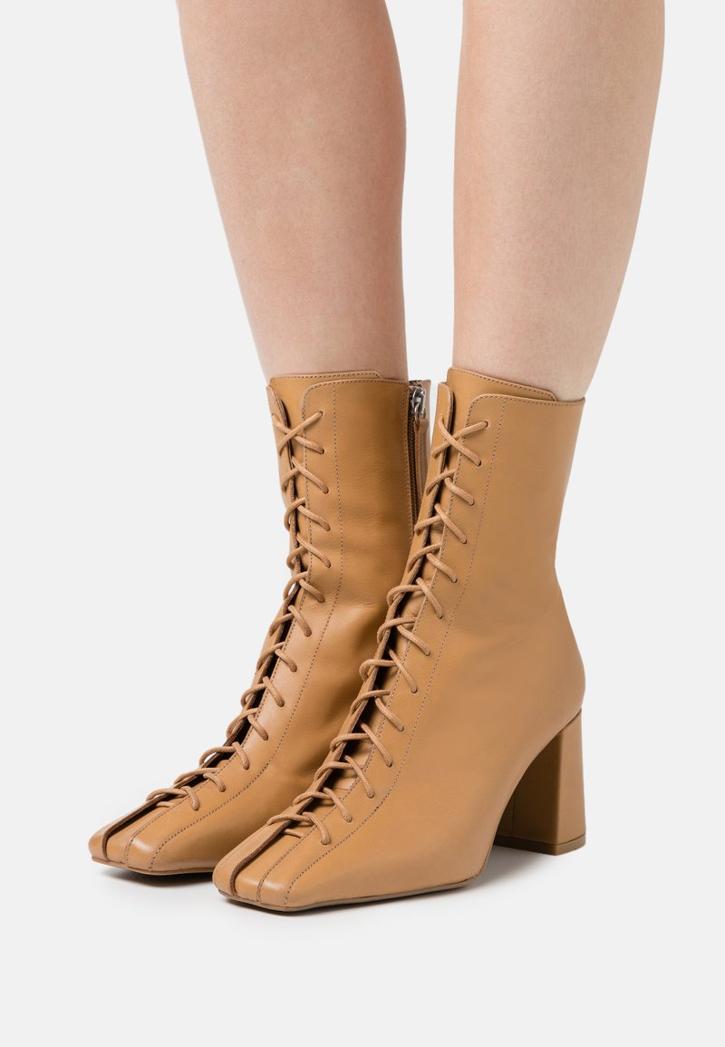 ÁNGEL ALARCÓN - Lace-up ankle boots - camel