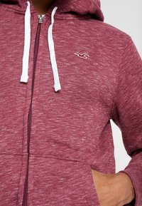 Hollister Co. - CORE ICON - Zip-up hoodie - burgundy - 5