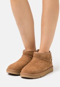 UGG - CLASSIC ULTRA MINI CHAINS - Ankle boots - chestnut - 0