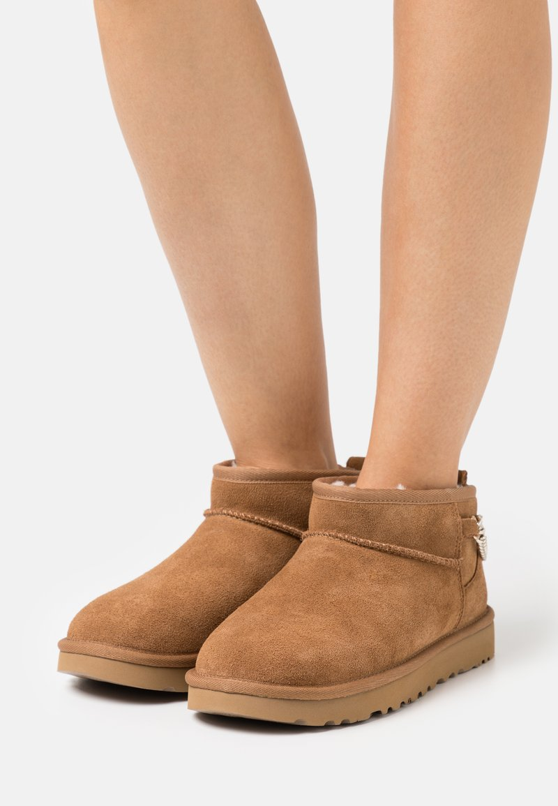 UGG - CLASSIC ULTRA MINI CHAINS - Ankle boots - chestnut