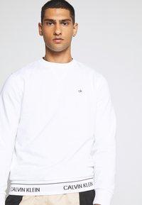 Calvin Klein - LOGO WAISTBAND - Mikina - white - 3