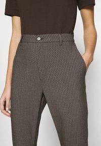 Hope - NEWS EDIT TROUSERS - Trousers - khaki brown - 3