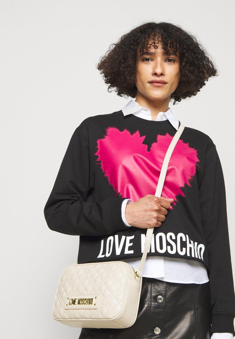 Love Moschino - QUILTED CAMERA BAG - Schoudertas - avorio