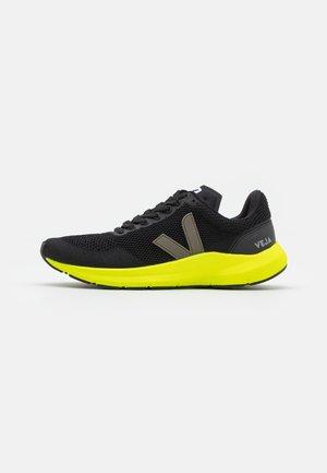MARLIN - Chaussures de running neutres - black/kaki/jaune fluo