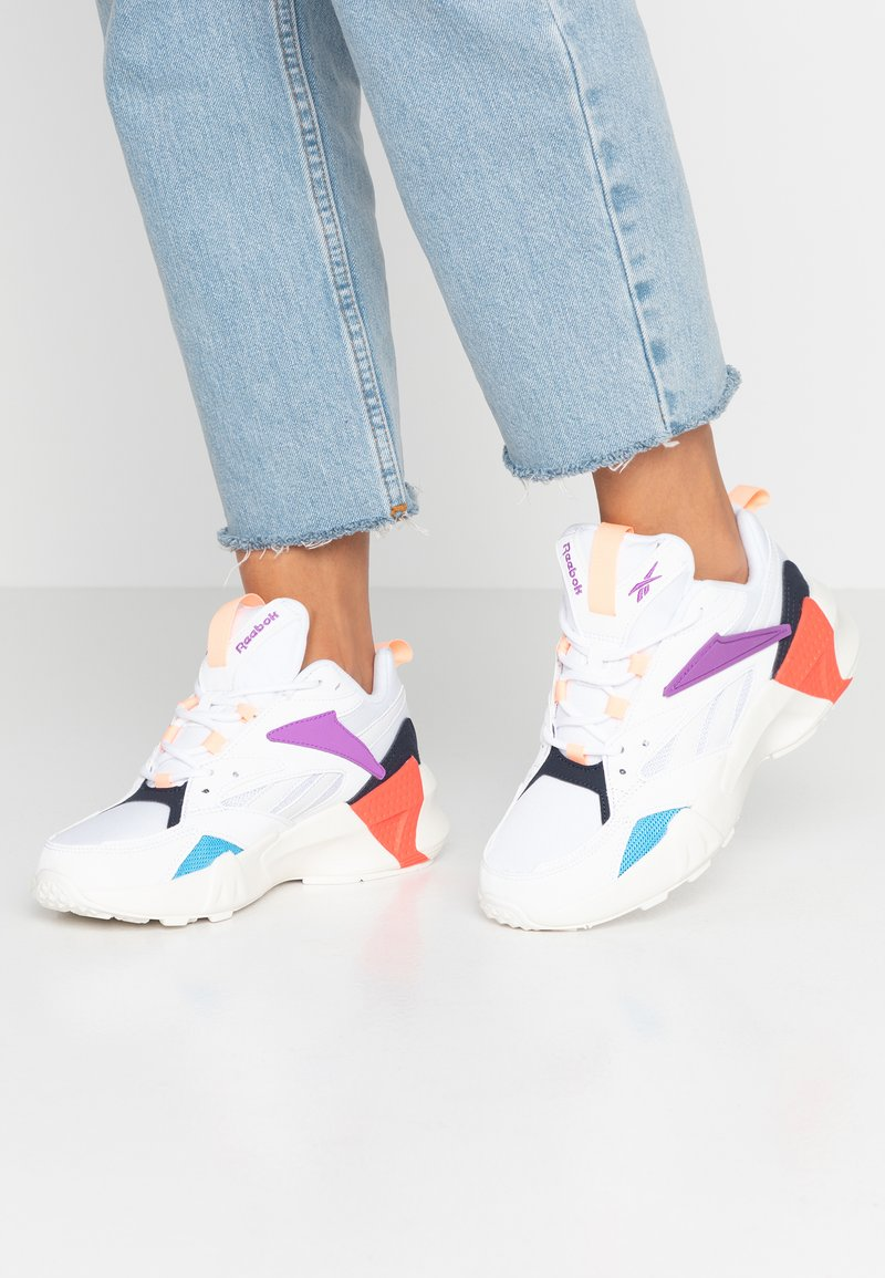Reebok Classic - AZTREK DOUBLE POPS LIGHT CUSHION SHOES - Tenisky - white/grape punch/bright