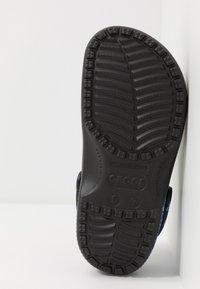Crocs - CLASSIC FESTIVAL EXPLORER GRAPHIC - Klapki - black/white - 4