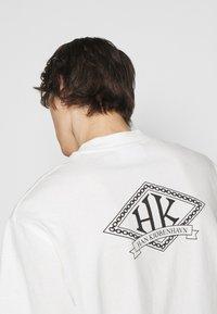 Han Kjøbenhavn - BOXY TEE BACK - Print T-shirt - off white - 5