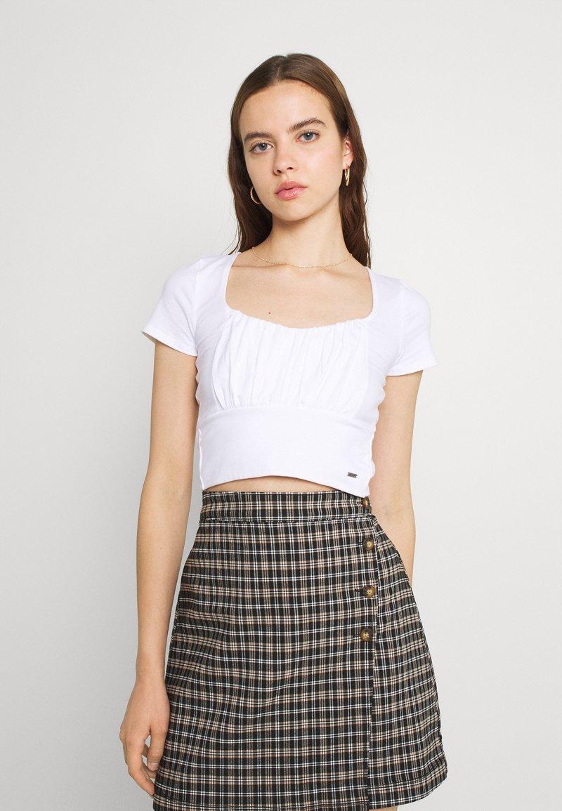 Hollister Co. - CROP RUCHED BUST BACK TIE - Camiseta estampada - white