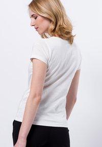 zero - FRONTPRINT MIT STEINCHEN - Print T-shirt - offwhite - 2