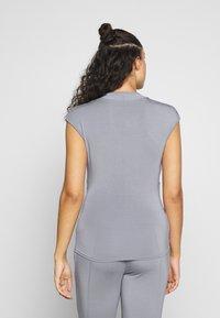 Curare Yogawear - T-shirts - pearl grey - 2
