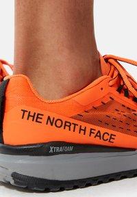 The North Face - M ULTRA SWIFT - Neutrala löparskor - shocking orange/black - 0