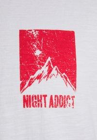 Night Addict - DASHE - T-shirt med print - white/red - 3