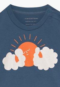TINYCOTTONS - SUN TEE - Print T-shirt - summer navy/brick - 3