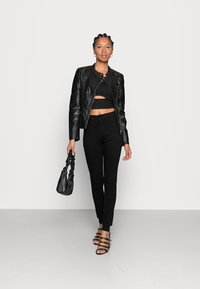 Noisy May - NMCALLIE  HW SKINNY JEANS VI023BL N - Jeansy Skinny Fit - black denim - 2