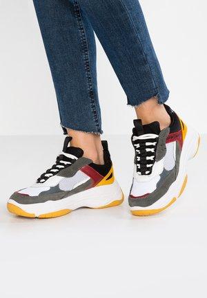 MAYA - Sneakers laag - white/black/grey/rosso