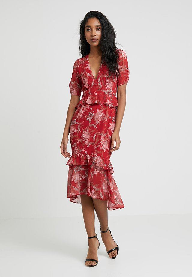 PATCHWORK WITH RUFFLE WAIST AND HEM - Maxi šaty - red