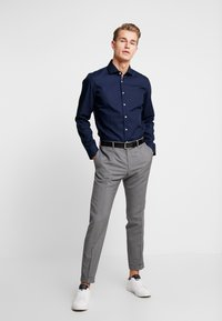 Seidensticker - SLIM FIT SPREAD KENT PATCH - Formal shirt - dark blue - 1