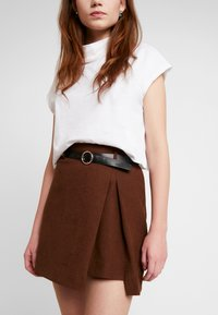 Lost Ink - PLEAT DETAIL BELTED MINI SKIRT - A-line skjørt - brown - 3