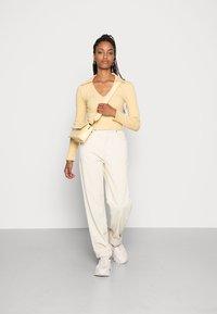 Gina Tricot - 90S TROUSERS - Pantalon classique - almond milk - 1