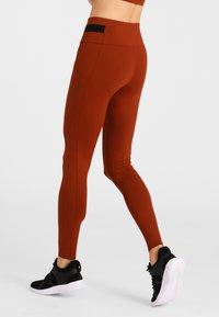 Daquïni - LEGGINGS BOSSA LEGGINGS - Leggings - red - 2