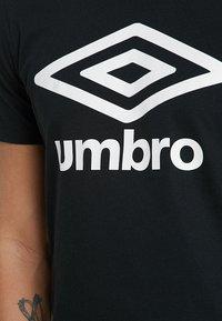Umbro - LARGE LOGO TEE - Triko spotiskem - black - 5
