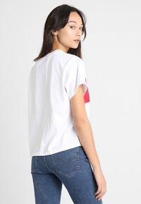 Levi's® - GRAPHIC VARSITY TEE - T-Shirt print - shortee white - 2