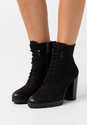 BOOTS - Kotníková obuv na vysokém podpatku - black