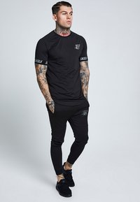 SIKSILK - RAGLAN TECH TAPE TEE - Triko s potiskem - black - 1