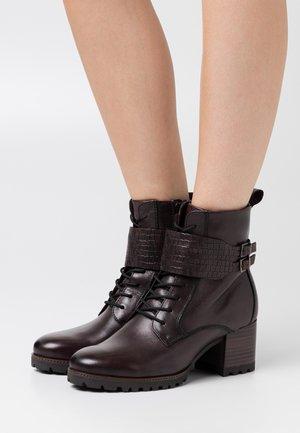 BOOTS RELAXED FIT - Šněrovací kotníkové boty - mocca