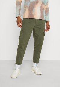 Redefined Rebel - JACOB PANTS - Pantaloni cargo - thyme - 0