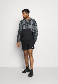 Nike Performance - SHORT - Sportovní kraťasy - black/white - 1
