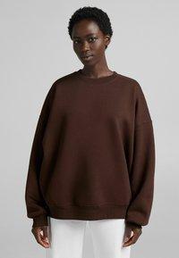 Bershka - OVERSIZE  - Sweatshirt - brown - 0