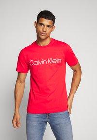 Calvin Klein - FRONT LOGO - T-shirt z nadrukiem - red - 0