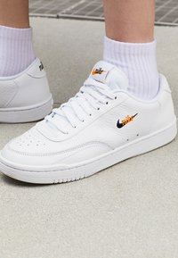 Nike Sportswear - COURT VINTAGE PRM - Sneakers - white/black/total orange