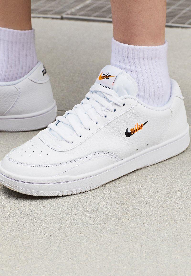 pescado petróleo liebre  Nike Sportswear COURT VINTAGE PRM - Trainers - white/black/total  orange/white - Zalando.co.uk