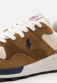 Polo Ralph Lauren - TRCKSTR PONY UNISEX - Sneakersy niskie - tan/creme/navy - 5