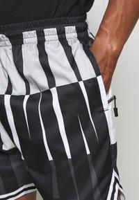 Jordan - WINGS  POOLSIDE - Shorts - white/black/dark smoke grey - 4