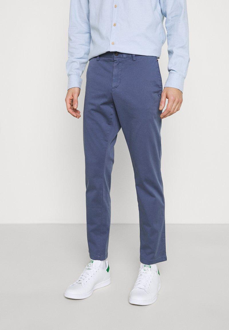 Tommy Hilfiger - BLEECKER FLEX - Spodnie materiałowe - faded indigo