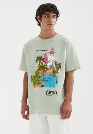 NASA MIT ABBILDUNG EINER RAKETE - T-shirt med print - stone blue denim